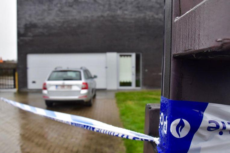 De flat van het slachtoffer, met zijn leasingwagen op de oprit, werd verzegeld.