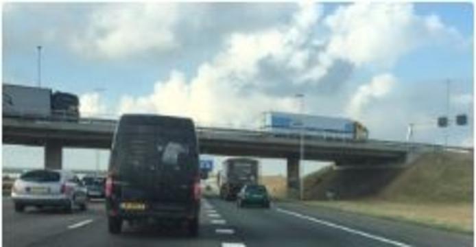 Een beeld van verkeer onderweg naar de file op de A16.