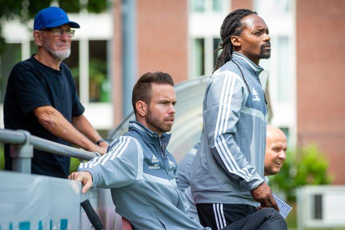 DUNO-trainer Roy de Haan (zittend) wordt geflankeerd door assistent Purrel Fränkel.