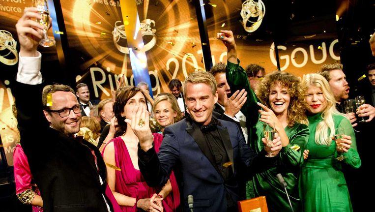 Deelnemers aan Wie is de Mol vieren het winnen van de Gouden Televizier-ring 2013. Beeld ANP