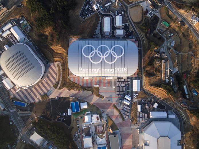 De Gangneung Ice Arena (links) en de Gangneung Oval (midden) en het Gangneung IJshockey Centre (rechtsonder.