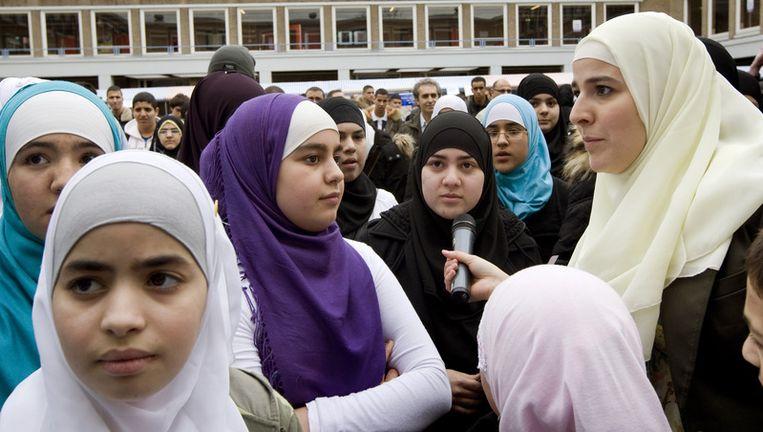 Jihad Alariachi (R) van de Meiden van Halal interviewt leerlingen op een manifestatie bij het Islamitisch College Amsterdam (ICA) tegen de sluiting van de school. Archieffoto ANP Beeld