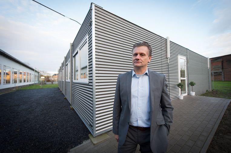 Directeur Eddy Hancké bij de nieuwe gebouwen.