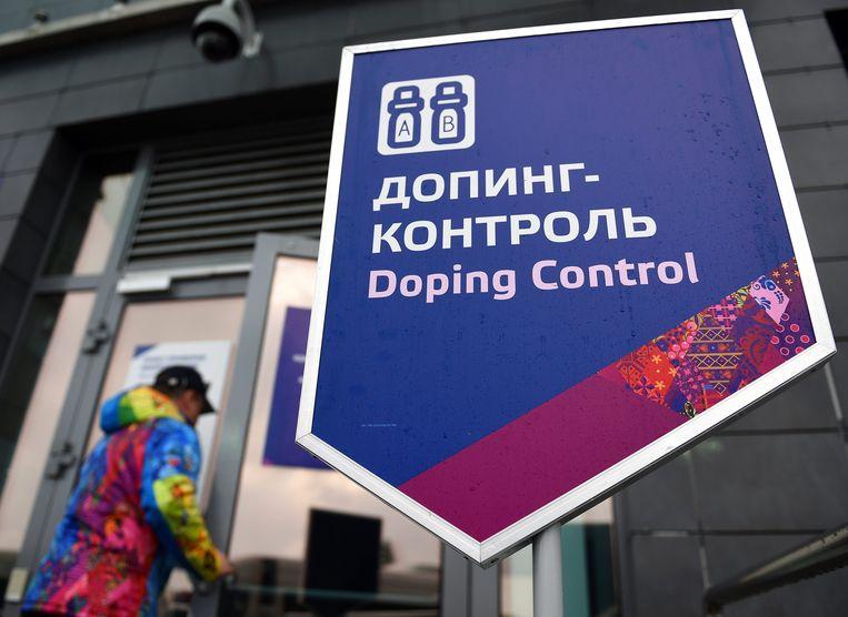 Een bord wijst tijdens de Winterspelen van Sotsji de weg naar de dopingcontrole in het biathloncentrum. Beeld epa