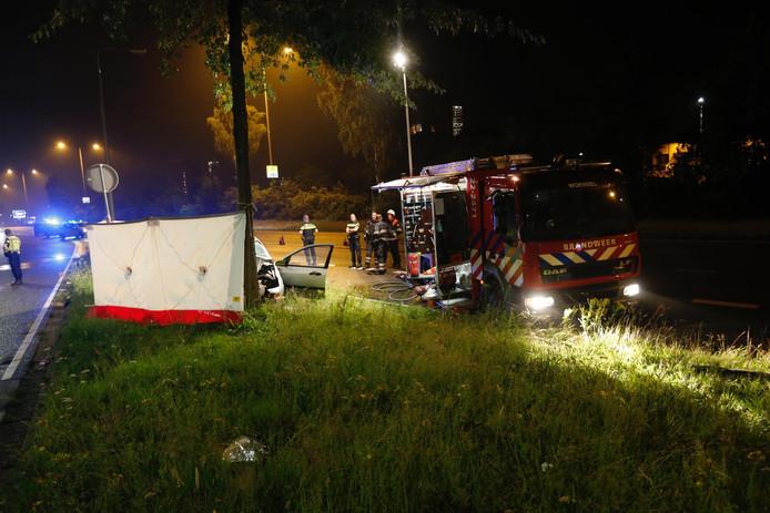 Man overleden nadat hij van viaduct Kennedylaan tegen boom reed
