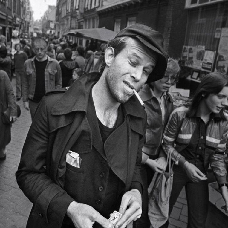 Tom Waits in de Hazenstraat, 1977. Beeld Claude Vanheye