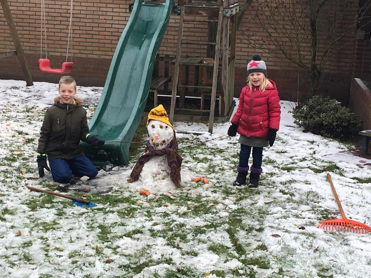 De eerste sneeuwpop deze winter in de tuin in Dommelen.