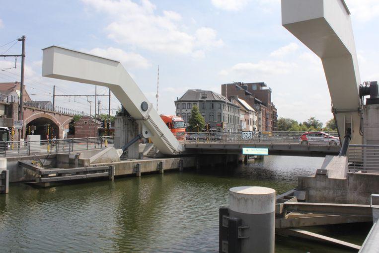 De Sint-Annabrug. Op de koppen van de funderingspalen is er ernstige schade vastgesteld.