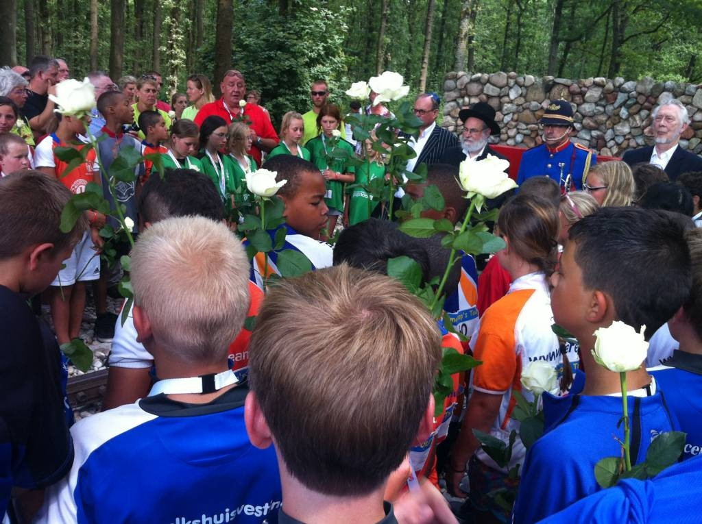 Deelnemers van Ome Joop's Tour luisteren bij het herinneringsmonument in Kamp Westerbork naar de toespraak van opperrabijn Jacobs. Foto: DG