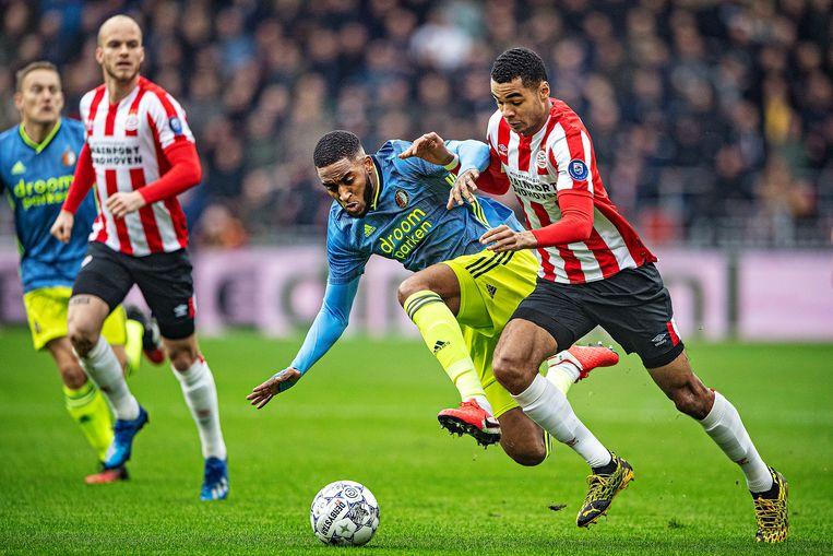 PSV'er Cody Gakpo probeert een sliding van Leroy Fer te ontwijken. Vlak na de rust maakte Gakpo de 1-1.  Beeld Guus Dubbelman / de Volkskrant