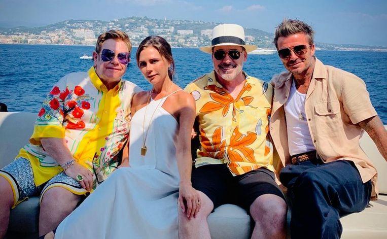 De Beckhams vieren hun vakantie met Elton John.