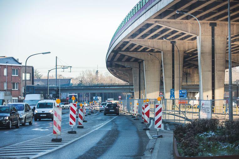 Het fietspad op de Land Van Rodelaan is niet toegankelijk, en de wegmarkeringen zijn onduidelijk.