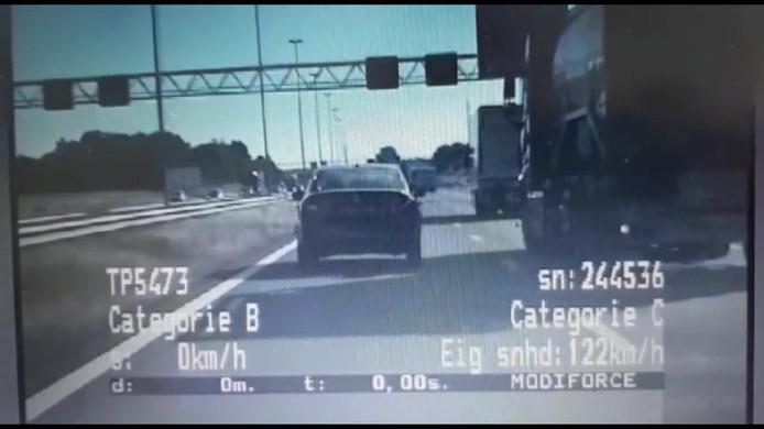 De vrachtwagen rijdt eerst op de rechterrijstrook...