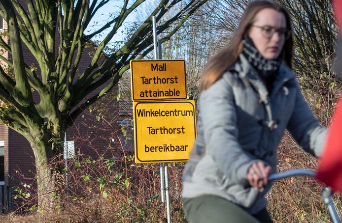 Engelstalige borden langs de Bornsesteeg over de bereikbaarheid van winkelcentrum Tarthorst in Wageningen