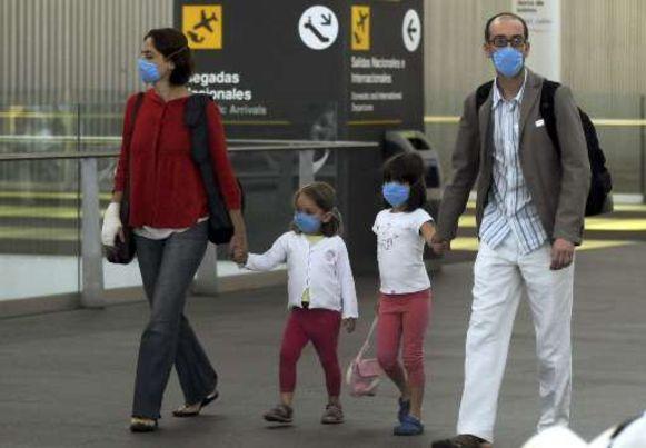Reizigers op de luchthaven van Mexico City dragen uit voorzorg maskers.
