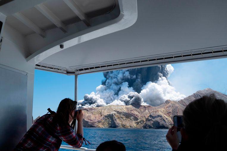 De uitbarsting van White Island wordt door toeristen gefilmd en gefotografeerd.