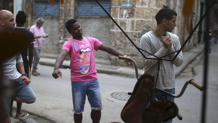 Fietstaxichauffeur Roberto Vazquez is al helemaal in de stemming voor het concert van de Stones in Havana Beeld Reuters