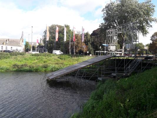 Op de hoek Zuidwal-Hekellaan zijn de voorbereidingen getroffen voor een glijbaan als startplaats van Swim to Fight Cancer