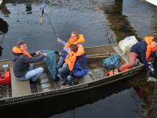 Studenten vissen drijfafval op uit  Binnenhavens Vlissingen
