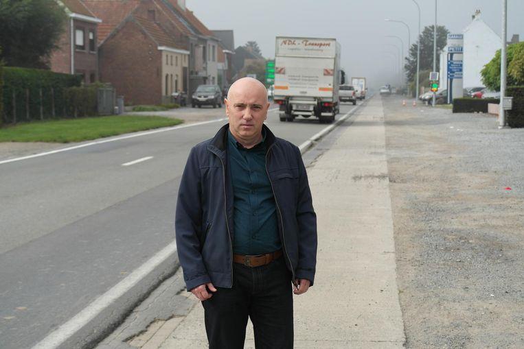 William Smesseman op de Provinciebaan die volgend jaar een nieuwe wegdek krijgt.