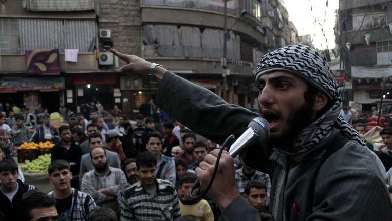 Een ISIS-strijder vraagt de inwoners van Aleppo om tegen het leger van Bashar al-Assad te vechten. Beeld afp