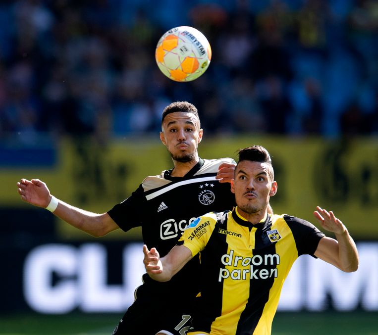 Noussair Mazraoui (achter) zondag in de gewonnen wedstrijd van Ajax tegen Vitesse. Beeld ANP