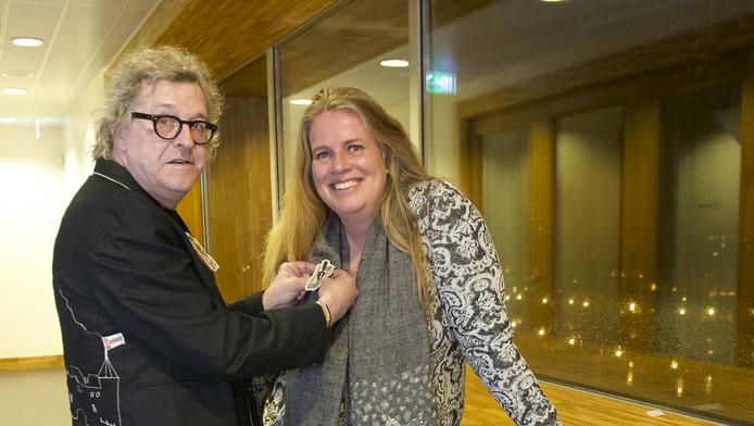 Nynke Geertsema krijgt de bijbehorende broche opgespeld door haar voorganger Cees van Weerd.