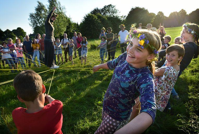 In een weiland in Haaren vieren leerlingen van de vrije basisschool Tiliander uit Tilburg op de langste avond van het jaar het Sint Jansfeest. Beeld Marcel van den Bergh