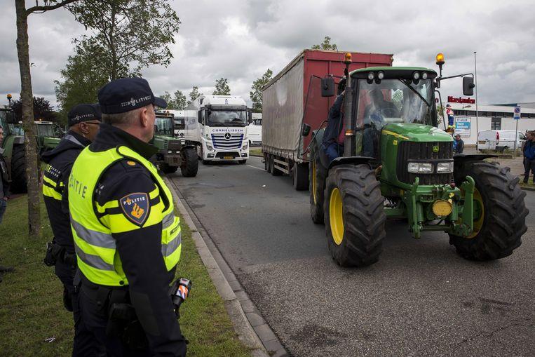 Boeren zorgden er met hun materieel voor dat vrachtwagens het terrein van het distributiecentrum niet konden verlaten.  Beeld EPA
