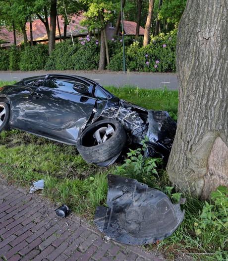 Inzittenden auto ongedeerd na botsing tegen boom in Netersel
