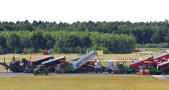 Nieuw asfalt op de start- en landingsbaan van Eindhoven Airport