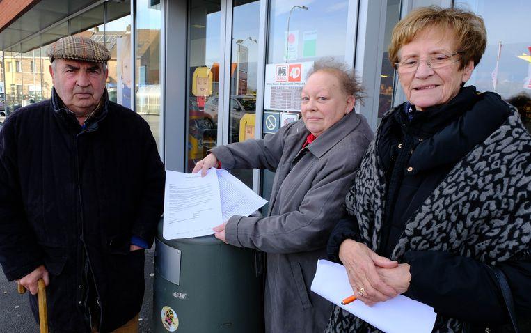 Lieve Pishoudt en Maria Van Grassdorff verzamelen handtekeningen tegen het verdwijnen van het museum.