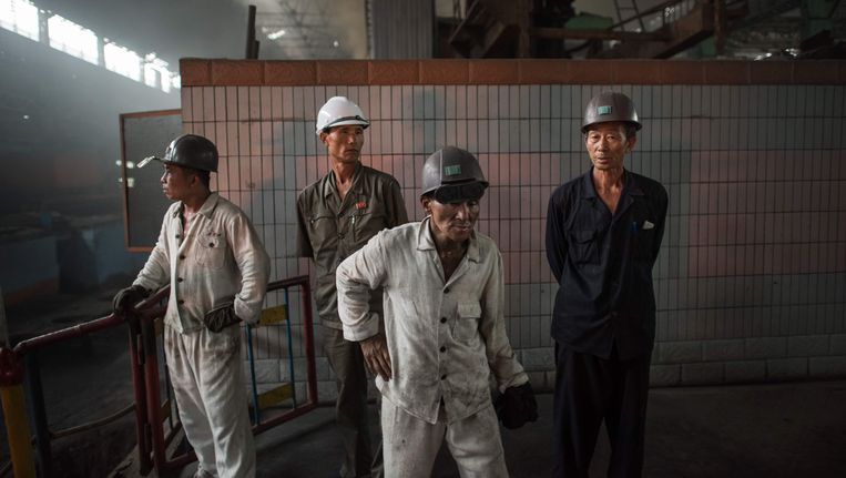 Noord-Koreaanse arbeiders in een fabriek ten zuiden van Pyongyang. Beeld afp