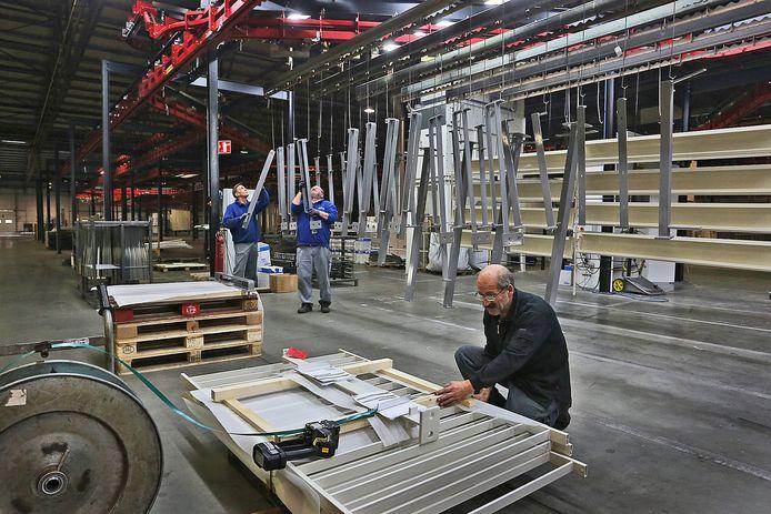 Een archieffoto van werkzaamheden bij de VMG Groep in Heesbeen. Aan het einde van de geautomatiseerde poederlakstraat worden onderdelen verpakt om beschadigingen te voorkomen.