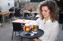 Cristina Gómez serveert Spaanse bieren in El Quinto Pino