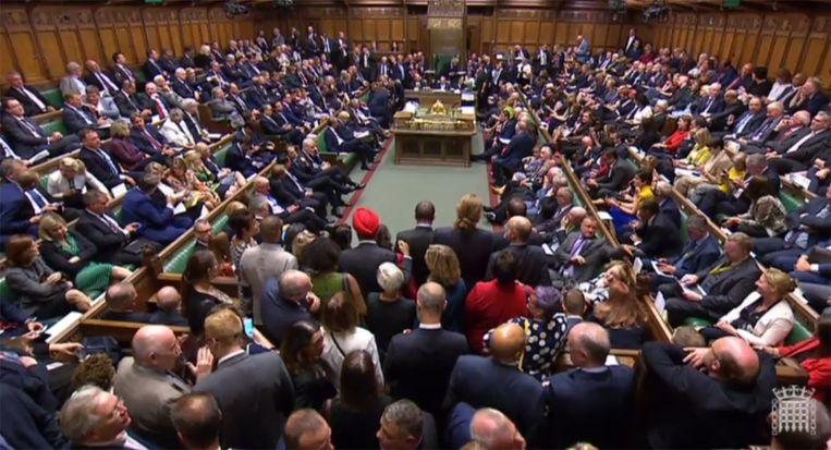 Video-beeld van het Lagerhuis, waar parlementariërs dinsdagavond wachten op de uitslag van de stemming.  Beeld AFP