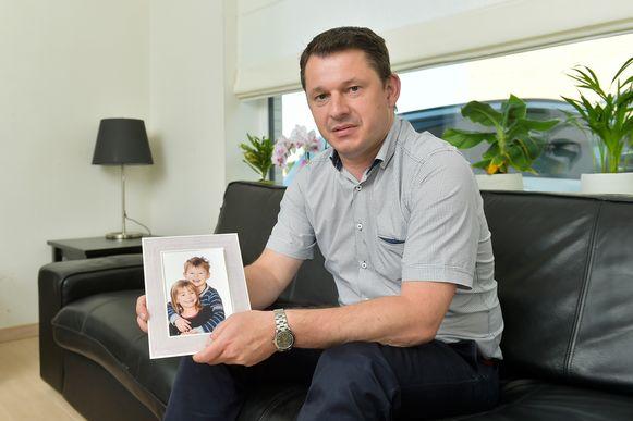 Stefaan Van Rumst zag zijn kinderen Jan en Natalia amper een halfuurtje in bijna vier jaar tijd.
