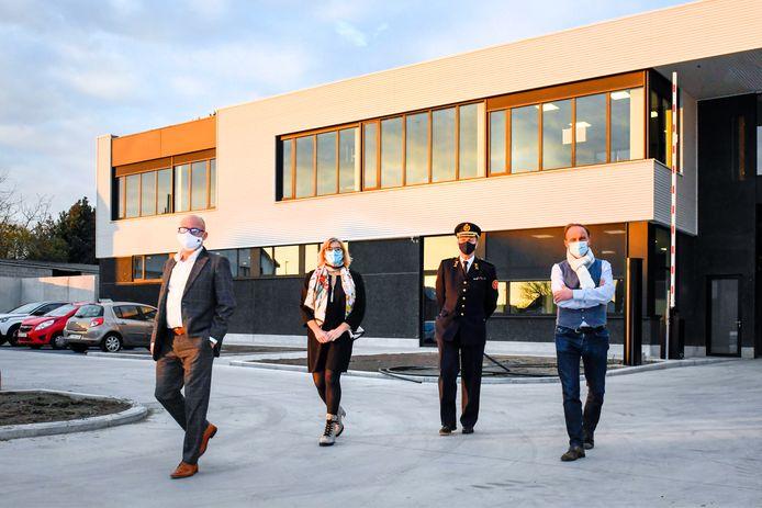 Burgemeester Jo Fonck, brandweerzoneraad-voorzitter Tania De Jonge, zonecommandant Wim Van Biesen en schepen Jan De Nul voor de nieuwe gebouwen op de site in de Veldstraat in Denderleeuw.