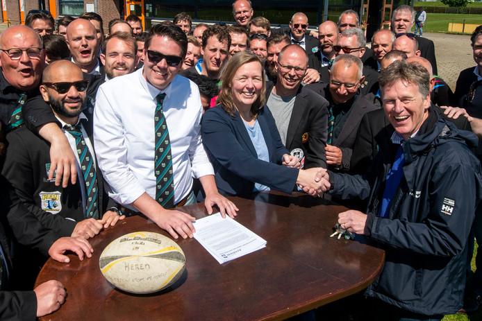 Vreugde bij de (bestuurs)leden van The Pigs na ondertekening van de contracten.