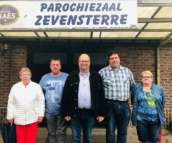 Koen Hendrickx van het zaalcomité (centraal) met vertegenwoordigers van de Beigemse verenigingen KM De Rochusvrienden, Landelijke Gilde, KVLV en OKRA.
