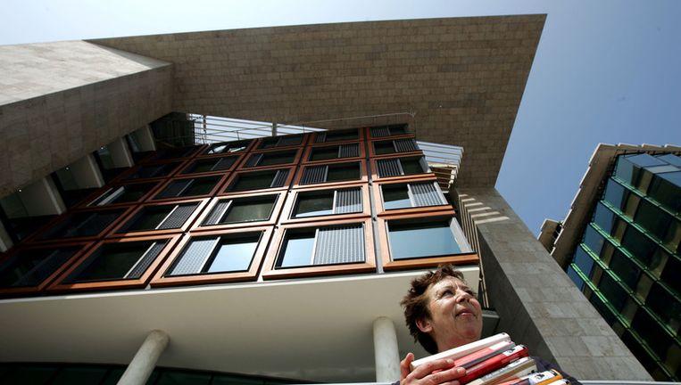 Renate Dorrestein verhuist haar eigen boeken naar de nieuwe vestiging van de Amsterdamse Bibliotheek op het Oosterdokseiland in 2007. Foto ANP Beeld