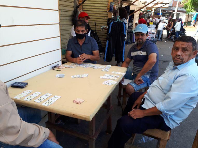 Mannen in São Paulo spelen Tranca, een populair kaartspel in Brazilië. Beeld Joost de Vries