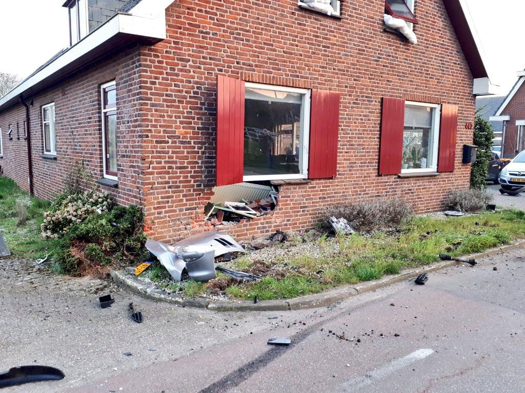Zowel de woningen als de auto raakten bij het ongeval zwaar beschadigd, op de Benedeneind Zuidzijde in Benschop.