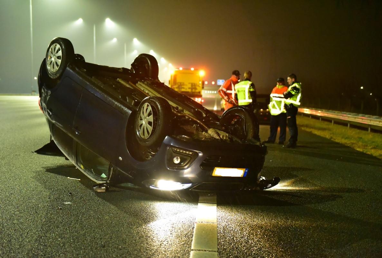 Ter hoogte van Nieuwe Ter Aa op de A2 werd de auto geraakt, waarna hij uiteindelijk op de kop tot stilstand kwam.