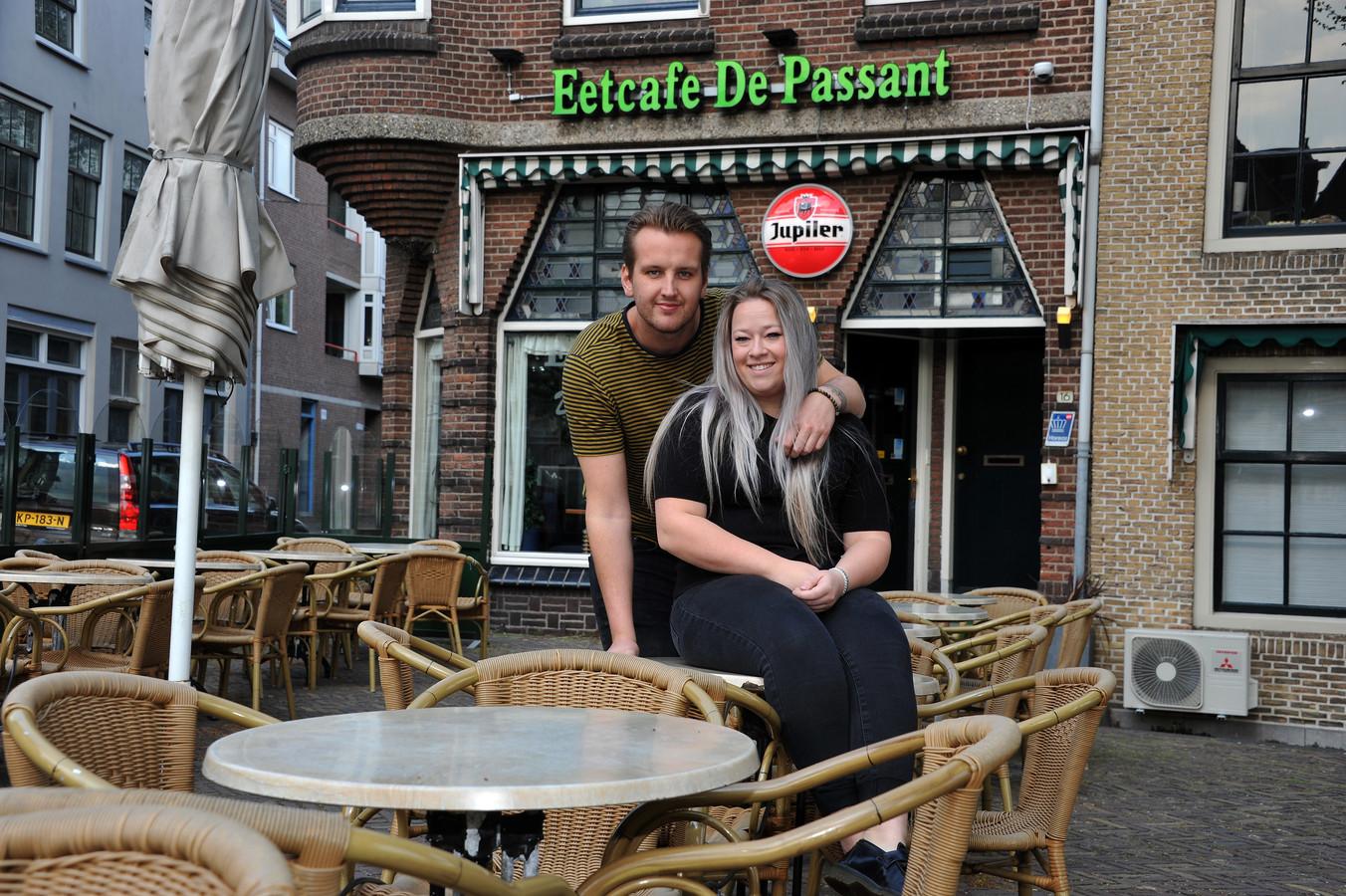 Floor Bel en Linda van der Vliet zijn de nieuwe eigenaren van De Passant. Ze gaan het café op de kop van de Nieuwe Haven in Dordrecht eind dit jaar verbouwen.