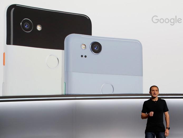 Mario Queiroz van Google tijdens de presentatie van de Google Pixel 2 XL