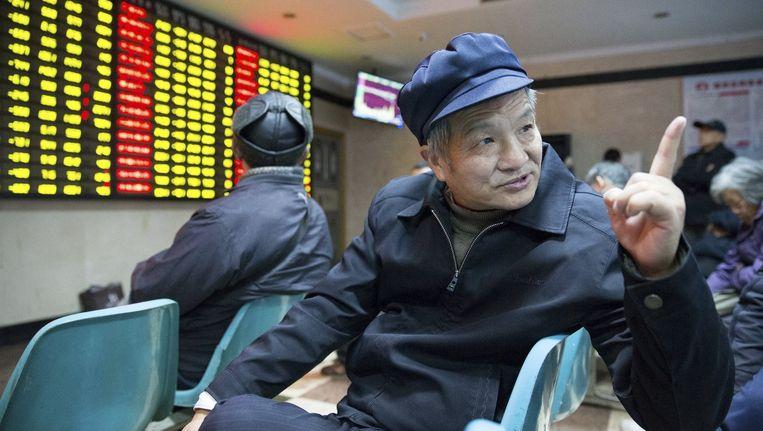 Investeerder op de beurs van Nanjing. De Chinese beurzen maakten vrijdag een koersval van 5 procent door onrust vanwege grootschalige onderzoeken naar corruptie en handel met voorkennis. Beeld reuters