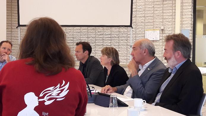 Het college van Bestuur van de Universiteit Utrecht, met Anton Pijpers, tweede van rechts, tijdens een ingelast overleg met de universiteitsraad over de reiskosten.