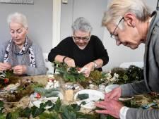 Met kerststukjes anderen weer blij maken