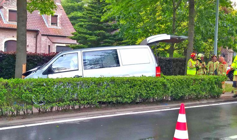 De bestelwagen crashte tegen een boom.
